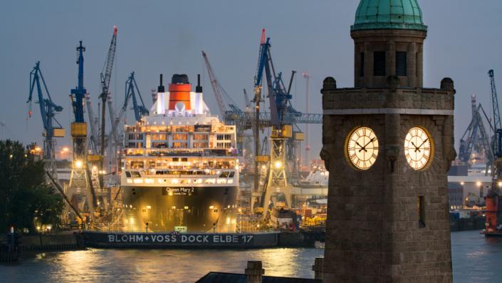 Queen Mary 2 im Blohm + Voss Trockendock