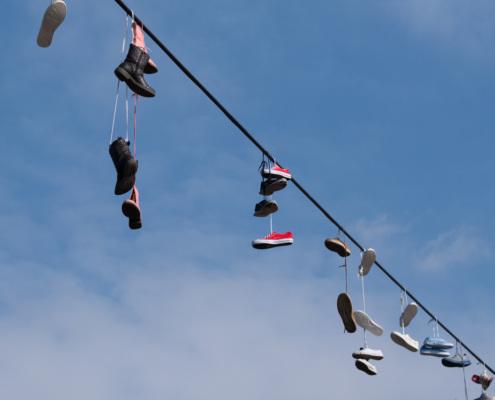 Schuhe nahe dem Metronom, Prag